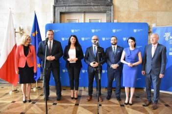 Zdjęcie z przekazania umów - Śląskie stawia na zawodowców